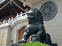 铜雕雄狮与法轮