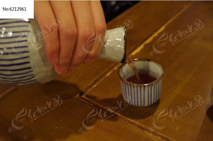 倒酒图片,高清大图_酒水饮料素材