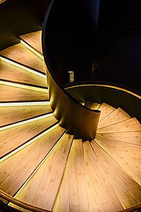 高级会所旋转楼梯特写暖色调