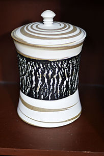 黑釉树皮纹细腰盖罐
