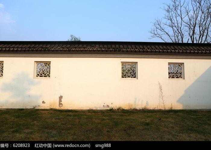 青瓦白墙的苏州园林风格围墙
