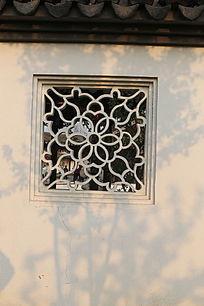 团花图案砖雕窗户