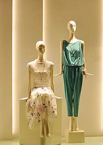 时尚女装店橱窗模特