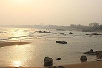 阳光照射下的海滩
