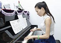 老师弹钢琴图片