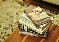 木桌上的一摞书籍