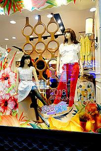 女性服饰橱窗