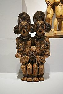 夫妻依偎在一起的木雕像