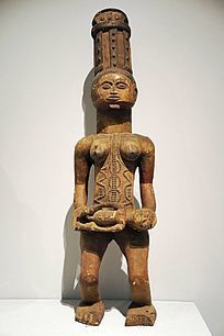 横抱孩子的母亲木雕像