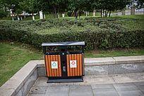公园里的垃圾桶
