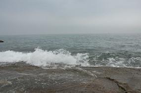 海边白色的浪花
