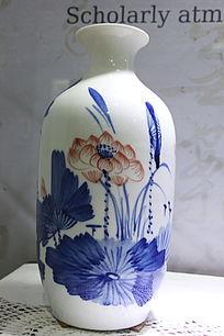 青花莲花图案瓷瓶