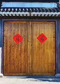 贴福字传统青瓦木门