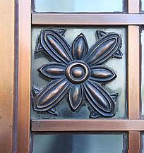 铜雕花朵图案