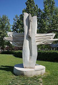 变异的十字架雕塑