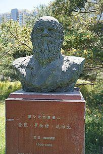 进化论奠基人达尔文塑像