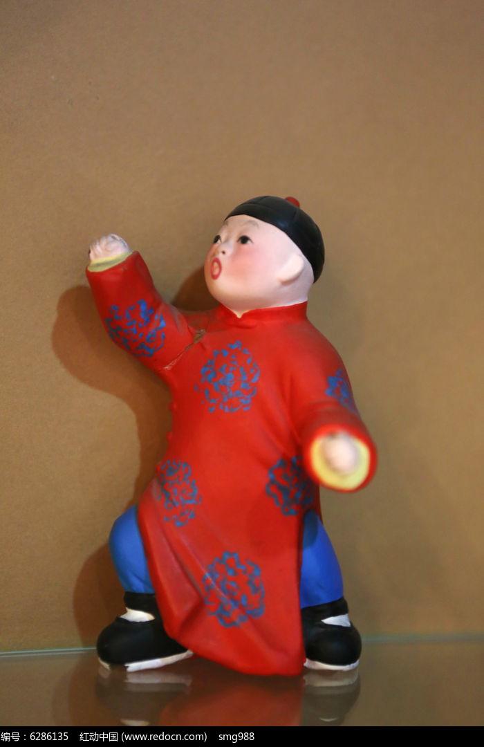泥塑古代红衣黑帽小男孩图片