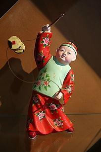 泥塑玩空竹的小男孩