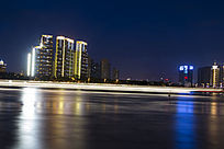 江滨边上建筑夜景