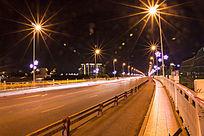 桥上的车轨夜景