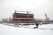 西安城墙上扫雪