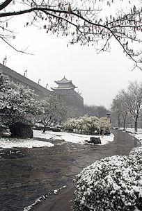西安城墙雪景竖构图