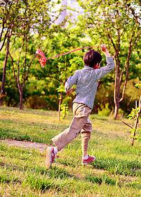 傍晚在公园里奔跑的男孩