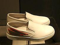 白色红标的男士皮鞋