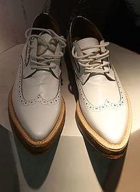 白色男士皮鞋