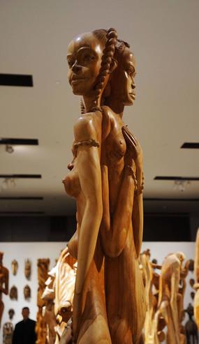 背靠背女人像木雕像