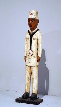 戴听诊器的医生雕像