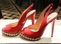 红色珍珠嵌边女士高跟鞋