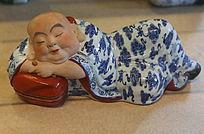 彩色瓷雕抱枕睡和尚雕像