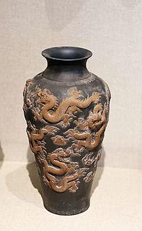 黑地浮雕龙纹长瓶