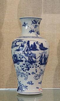 青花骑马战士图案瓷瓶