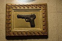 手枪木框画