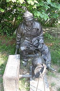 铜雕爆米花的老大爷雕像