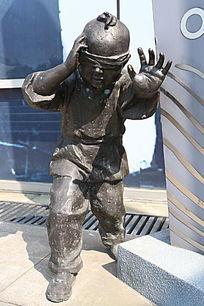 童趣铜雕蒙眼躲迷藏小男孩雕像