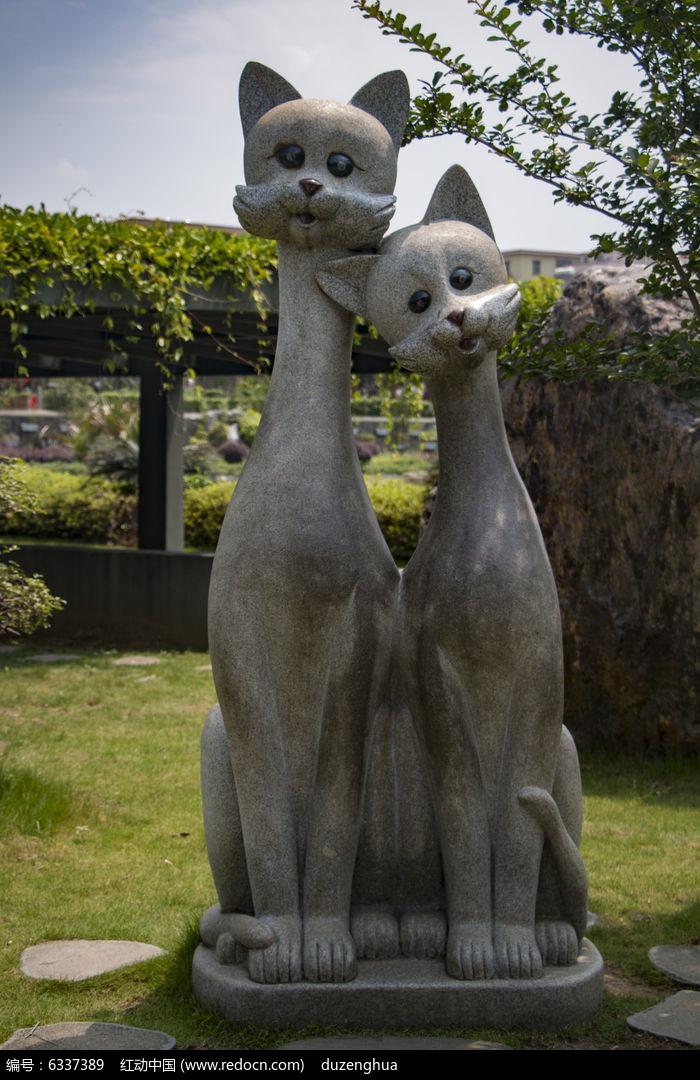 两只可爱狸猫雕塑图片