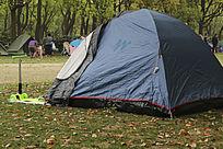 草地上深蓝色休闲帐篷