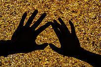 黄水晶前墙的心形手势