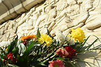清明节日里摆放在纪念碑前祭奠先烈的鲜花
