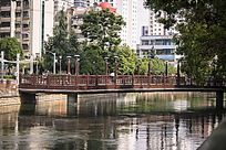 清澈河面的一座桥