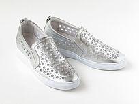 一双休闲鞋