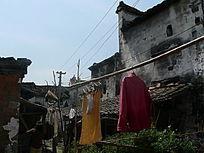 老房子下的晾衣架