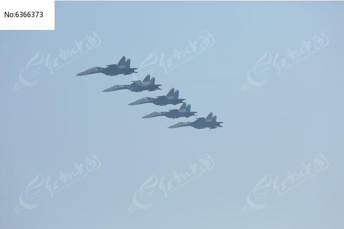 在天空中的五架战斗飞机图片