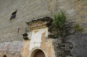 破旧的门檐古建