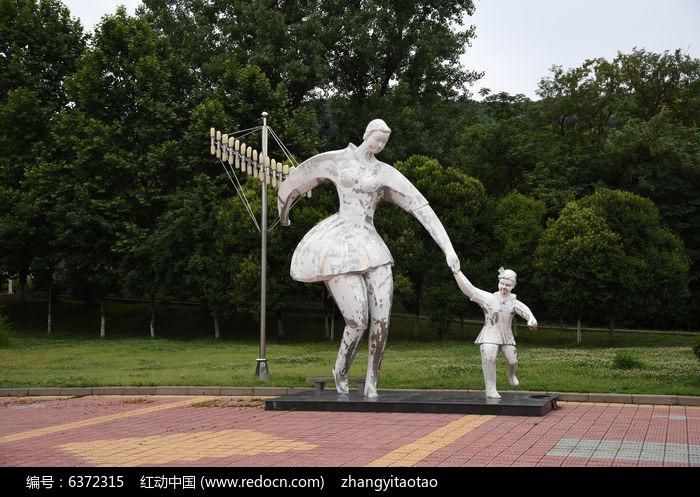 母女牵手塑像