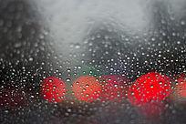 雨滴与红色光圈