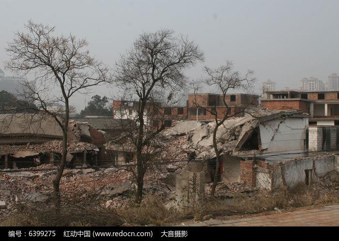倒塌的房子